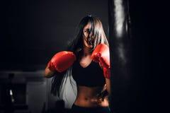 有效地猛击性感的战斗机的女孩 免版税库存图片