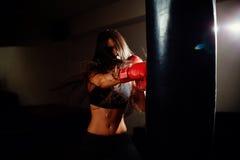 有效地猛击性感的战斗机的女孩 免版税库存照片
