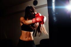 有效地猛击性感的战斗机的女孩 库存照片