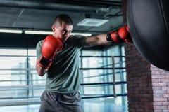 有效地装箱在现代健身房的肌肉战斗机 库存照片