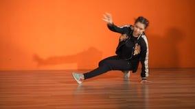 有效地跳舞在地板上的少妇霹雳舞,显示她可塑性 影视素材