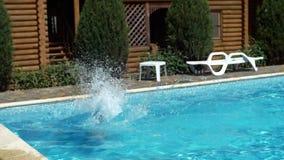 有效的儿童愉快的上涨合并游泳 股票录像