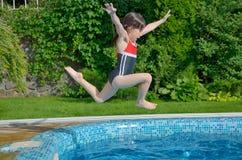 有效的儿童愉快的上涨合并游泳 库存图片