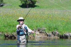 有效的女性捕鱼纵向前辈 免版税库存照片