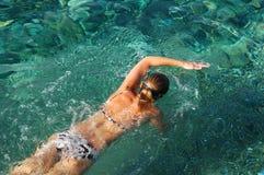 有效的女性游泳者 免版税图库摄影