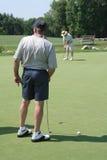 有效的打高尔夫球的前辈 免版税库存照片
