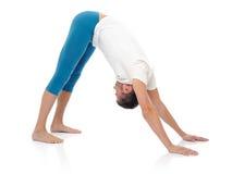 有效的执行的健身英俊的人摆在瑜伽 库存图片
