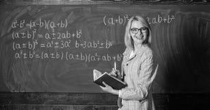 有效的教学介入获取相关的知识 在黑板附近的妇女教学在教室 质量那 免版税图库摄影