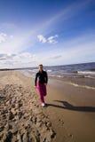有效的海滩妇女 免版税库存照片