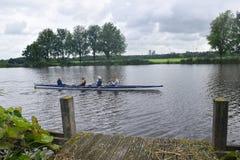 有效的生活方式 小船划船训练 祖母参与在其中一种的划船荷兰的渠道 图库摄影