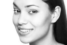 有效的美丽的新健身女孩女孩愉快的查出的人人员俏丽的微笑微笑的青少年的少年妇女的妇女 漂白的牙 牙齿保护 免版税库存图片