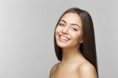 有效的美丽的新健身女孩女孩愉快的查出的人人员俏丽的微笑微笑的青少年的少年妇女的妇女 漂白的牙 牙齿保护 库存图片