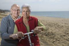 有效的骑自行车的夫妇前辈 免版税库存照片