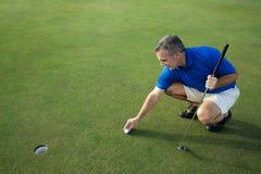 有效的高尔夫球运动员男性放置 免版税图库摄影