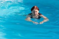 有效的高级游泳妇女 免版税库存图片