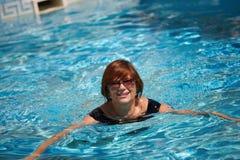 有效的高级游泳妇女 图库摄影