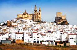有教会和城堡的安达卢西亚的镇 奥尔维拉,西班牙 库存图片
