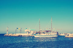 有教会和灯塔的港口 图库摄影