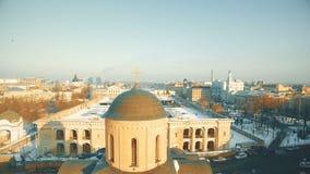 有教会圆顶和大厦屋顶的老市区 股票录像
