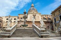 有教会圆顶的比勒陀利亚喷泉  意大利巴勒莫西西里岛 免版税库存照片