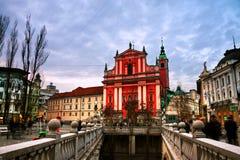 有教会的三倍桥梁和著名老大厦在卢布尔雅那,斯洛文尼亚 免版税库存照片