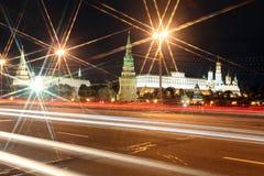 有教会的克里姆林宫宫殿夏天视图的通过n 图库摄影