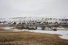 有教会的冰岛草皮房子在冬天 库存照片