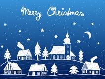 有教会的圣诞节村庄在晚上 免版税库存图片