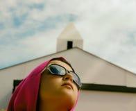 有教会的女孩在背景中 免版税库存照片