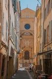 有教会的胡同在背景中在艾克斯普罗旺斯 免版税图库摄影