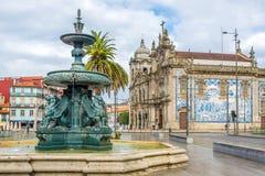 有教会的Carmelitas和卡尔穆狮子喷泉在波尔图-葡萄牙 库存照片