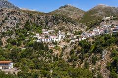有教学楼的风景Dhermi山村在阿尔巴尼亚语言` shkolla `教会和房子,阿尔巴尼亚里 库存图片