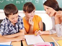 有教师的小学生。 免版税库存图片