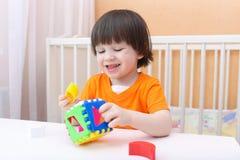 有教育玩具的可爱的微笑的孩子 库存照片