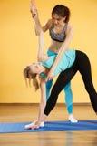 有教练允诺的瑜伽的女孩 库存照片