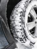 有散布的轮胎的车轮在雪 免版税库存照片