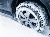 有散布的轮胎的车轮在雪 免版税库存图片