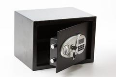 有数字小键盘的被打开的黑金属安全箱子锁了的系统 库存图片