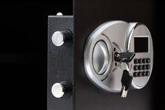 有数字小键盘的被打开的黑金属安全箱子锁了系统, c 免版税库存照片