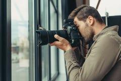 有数字式照片照相机的摄影师 库存照片