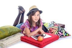 有数字式片剂和果子的女小学生 库存图片