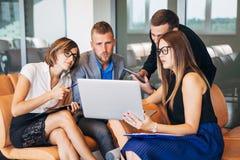 有数字式片剂的买卖人开会议在办公室 免版税库存照片