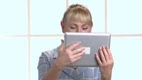 有数字式片剂的妇女在方格的窗口背景 股票录像