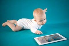 有数字式片剂的婴孩 免版税库存图片