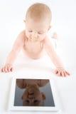 有数字式片剂的婴孩 库存照片