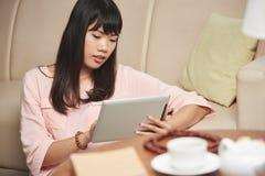有数字式片剂的越南妇女 免版税库存图片