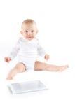 有数字式片剂的逗人喜爱的婴孩 免版税库存图片