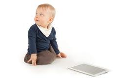 有数字式片剂的逗人喜爱的婴孩 库存照片