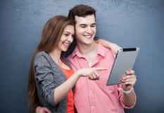 有数字式片剂的青年人 免版税库存照片