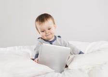 有数字式片剂的婴孩 免版税库存照片